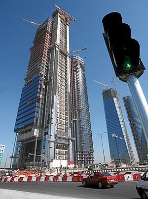 El consejo de Caja Madrid ha dado luz verde a la compra de la Torre Repsol (izq.). (Foto: Carlos Miralles)