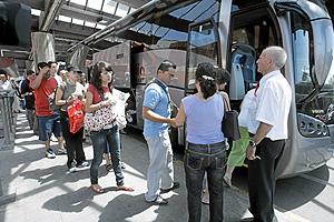 Viajeros afectados al lado del autobús para el trayecto Madrid-Toledo. (Foto: Antonio Heredia)