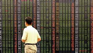 Un hombre surcoreano mira una pantalla de información bursátil. (Foto: AFP)