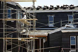 Una casa en construcción en San Marcos (California). Los mercados siguen con miedo a las consecuencias de la crisis 'subprime' en EEUU. (Foto: REUTERS)