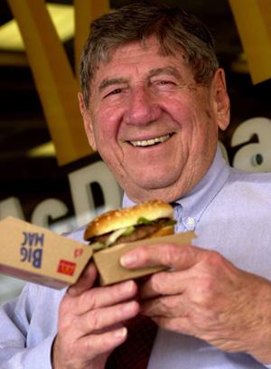 Jim Delligatti posa con un Big Mac, aunque dice preferir las galletas del McDonald's. (Foto: REUTERS)