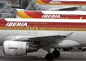 Varios aviones de Iberia en el aeropuerto de Barajas (Madrid). (Foto: EFE)
