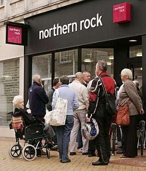 Clientes de Northern Rock hacen cola en una sucursal para retirar sus ahorros. (Foto: AFP)