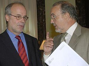 El ministro de Economía, Pedro Solbes (dcha.), junto al conseller de Economía catalán, Antoni Castells (izqda.). (Foto: EFE)