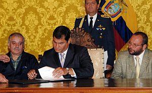 Correa firma el decreto que afectará a las petroleras extranjeras en Ecuador. (Foto: AFP)