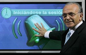 El presidente de La Caixa, Isidro Fainé, toca la campana virtual en la Bolsa de Madrid. (Foto: Reuters)