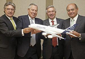 Los presidentes del grupo Marsans, Gonzalo Pascual (2 izda) y Gerardo Díaz (dcha); el vicepresidente de ventas de Airbus para España, Rafael Alonso (izda), y el director comercial de Airbus, John Leahy. (Foto: EFE)
