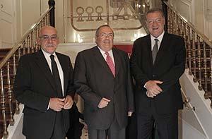 De izda. a dcha., los presidentes de las tres cajas de ahorros vascas, Gregorio Rojo (Caja Vital), Carlos Etxepare (Kutxa) y Xabier de Irala (BBK), (Foto: EFE)