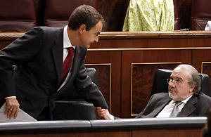 Solbes recibe el pésame de Zapatero tras conocer el fallecimiento de su hermano pequeño. (Foto: EFE)