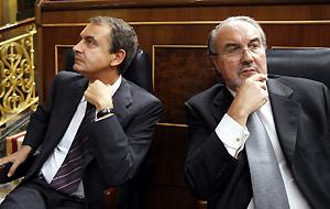 Zapatero y Solbes, durante el debate de totalidad de los PGE. (Foto: EFE)