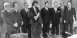 De Izquierda a derecha: Enrique Tierno Galván, Santiago Carrillo, José María Triginer, Joan Raventós, Felipe González, Juan de Ajuriaguerra, Adolfo Suárez, Manuel Fraga, Leopoldo Calvo Sotelo, Miquel Roca. 1977. (Foto: EFE)