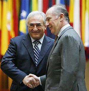 Rodrigo Rato estrecha la mano con su sucesor, Dominique Strauss-Kahn. (Foto: AP)