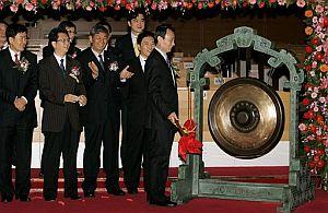 Jian Jieming, presidente de Petrochina, golpea un gong en la apertura bursátil. (FOTO: AP)