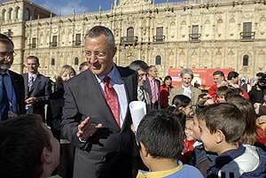 Caldera conversa con unos escolares en León. (Foto: EFE)