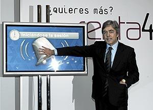 El presidente de Renta 4, Juan Carlos Ureta, toca la campana virtual en el estreno bursátil de la compañía. (Foto: J. Villanueva)