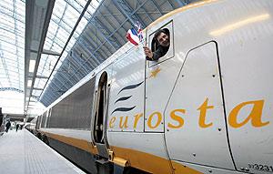 Un pasajero del primer Eurostar que ha partido desde la estación de Saint Pancras, en pleno corazón de Londres. (Foto: AFP)