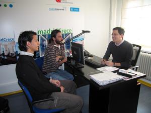 Dos emprendedores conversan con el tutor de la preincubadora. (FOTO: Jorge Planelló)
