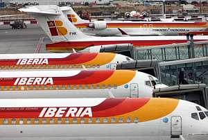 Aviones de Iberia en el aeropuerto madrileño de Barajas. (Foto: AFP)