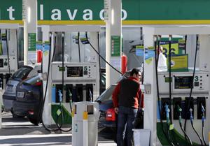 Imagen de los surtidores de una gasolinera en Madrid. (FOTO: Bernabé Cordón).