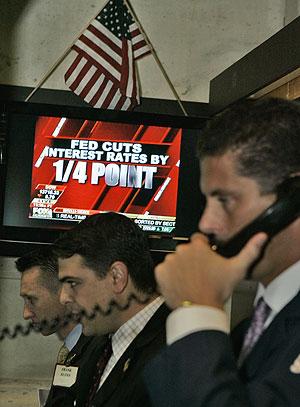 Unos analistas trabajan tras conocer el recorte de tipos de la Fed. (Foto: AP)