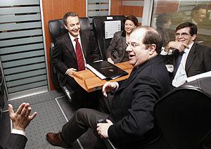 Zapatero conversa con la ministra de Fomento, Magdalena Álvarez, el presidente de la Junta de Castilla y León, Juan Vicente Herrera, durante el trayecto inaugural. (Foto: EFE)