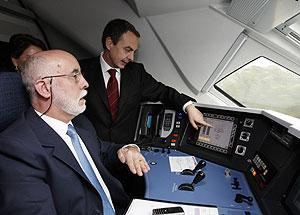 Zapatero en la cabina del tren. (Foto: EFE)