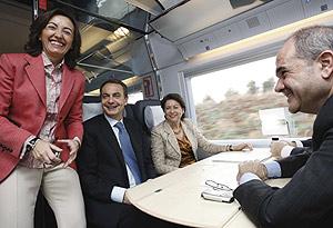 El presidente del Gobierno, junto a la ministra de Fomento, la alcaldesa de Córdoba y el presidente de la Junta de Andalucía, a bordo del AVE. (Foto: EFE) MÁS IMÁGENES