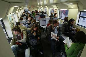 Interior de un tren de cercanías. (Foto: Quique García)