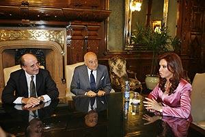 Cristina Kirchner, con Antoni Brufau (i) y Enrique Eskenazi (c), presidente y vice presidente ejecutivo de Repsol YPF, en una reunión en Buenos Aires el pasado 27 de diciembre. (Foto: EFE)