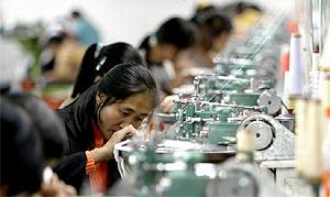 Mujeres chinas trabajan en una fábrica textil en Hangzhou, al este de China.