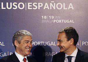 Socrates sonríe junto a Zapatero. (Foto: AFP)