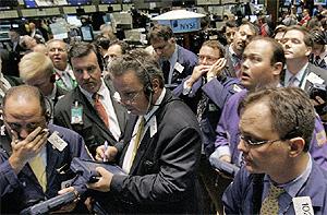 Operadores de Bolsa en Wall Street durante una sesión bajista en el pasado mes de agosto, tras el estallido de la crisis de las 'subprime'. (Foto: AP)