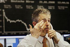 Un agente del Dax de Fráncfort, la Bolsa alemana, asiste impasible a su desplome. (Foto: AFP)