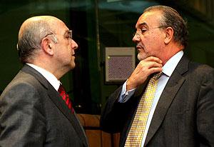 El comisario europeo de Asuntos Económicos y Monetarios, Joaquín Almunia (i), habla con el ministro de Economía y Hacienda, Pedro Solbes. (Foto: EFE)
