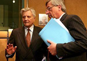 El presidente del Eurogrupo, Jean-Claude Juncker (dcha.), habla con el presidente del Banco Central Europeo, Jean-Claude Trichet (izqda.). (Foto: EFE)