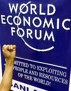 Cartel del Foro económico de Davos tras una mano de protesta. (Foto: REUTERS)