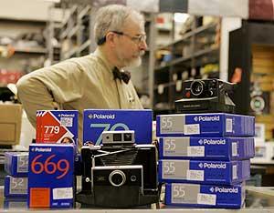 Cámaras y carretes de Polaroid en una tienda de Boston. (Foto: AP)