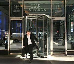 Un hombre sale del banco de inversión Bear Stearns. (Foto: AP)
