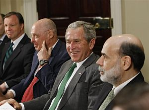 De izq. a derecha, el presidente de la Securities and Exchange Commission (SEC), Christopher Cox, el secretario del Tesoro de EEUU, Henry Paulson, George W. Bush y el presidente de la Fed, Ben Bernanke. (Foto: AP)