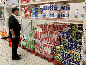 Un hombre compra leche, uno de los productos que más ha subido en la cesta de la compra. (Foto: ALBERTO CUÉLLAR)
