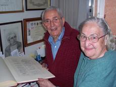 La pareja Marcelino Camacho y Josefina Samper sostienen uno de los pocos originales que existen de la Constitución. (Foto: J. G.)