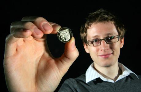 El joven Matthew Dent enseña el nuevo diseño. (Foto: Royal Mint)