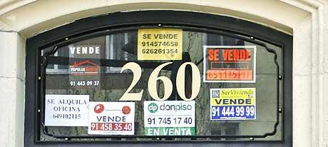 Un portal, con varios carteles de venta de pisos. (Foto: Begoña Rivas)