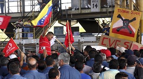 Trabajadores de Sidor se manifiestan en una planta de la compañía. (Foto: Reuters)