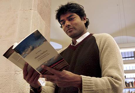 El economista indio Raj Patel, autor del libro 'Obesos y famélicos'. (Foto: EFE)