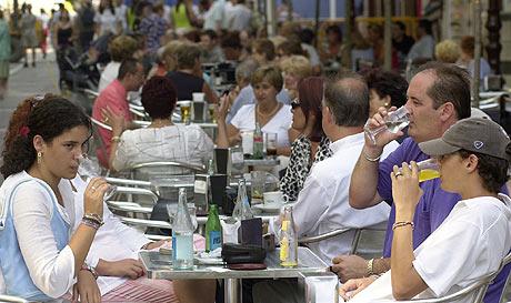 Numerosas personas consumen refrescos en una terraza. (FOTO: DANI BLANCO)