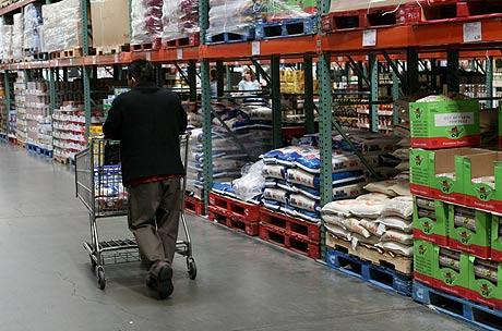 Un comprador en un almacén de la cadena Costco en La Mesa, California. (FOTO: EFE)