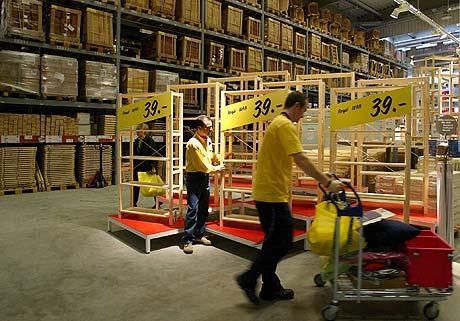 Empleados trabajando en el almacén de una tienda Ikea en Kamen, Alemania. (FOTO:AFP)