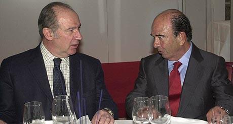 El ex ministro de Economía (izq.), Rodrigo Rato, con el presidente del Santander, Emilio Botín, en 2004. (Foto: EL MUNDO)