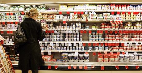 Una mujer compra en un supermercado de EEUU. (Foto: AP)